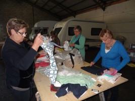 1312vrijwilligsters_sorteren_de kleren